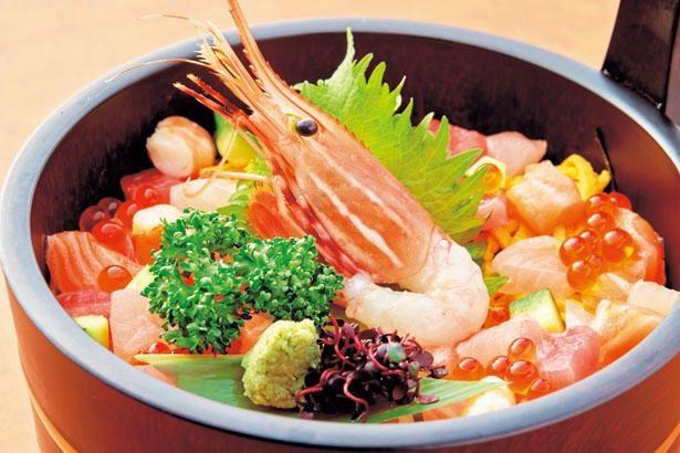 「居酒屋 縄のれん」の海鮮丼(1580円)は、新鮮な海の幸がたっぷり/空庭温泉 OSAKA BAY TOWE