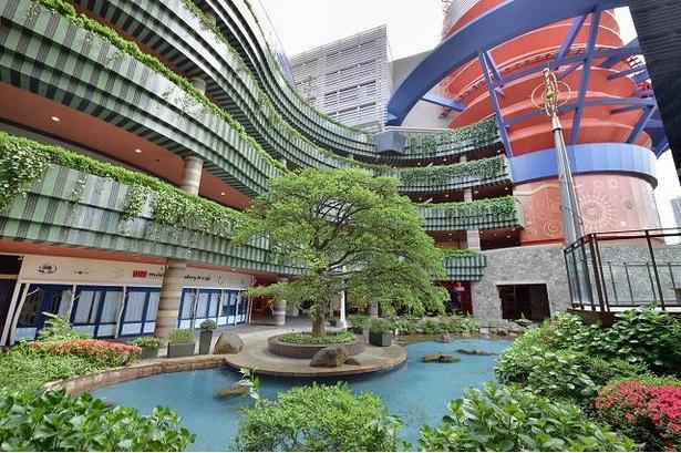 現代的な建物と、運河や植物が融合しているのもキャナルシティ博多の特徴