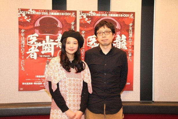 【写真を見る】1月10日の取材会で笑顔を見せる清水富美加と鶴巻和哉監督
