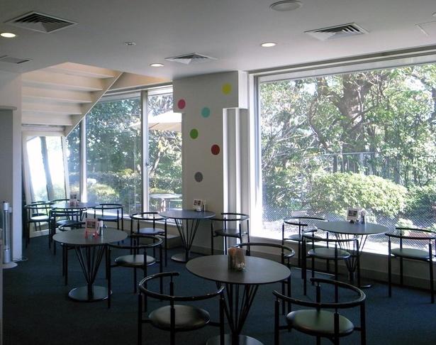 エントランス正面にあるショップ&カフェ「Cafe MORI」