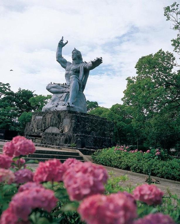 【写真】初夏になると平和祈念像周辺にはあじさいが咲き誇る