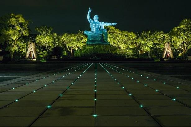 ライトアップされた平和祈念像