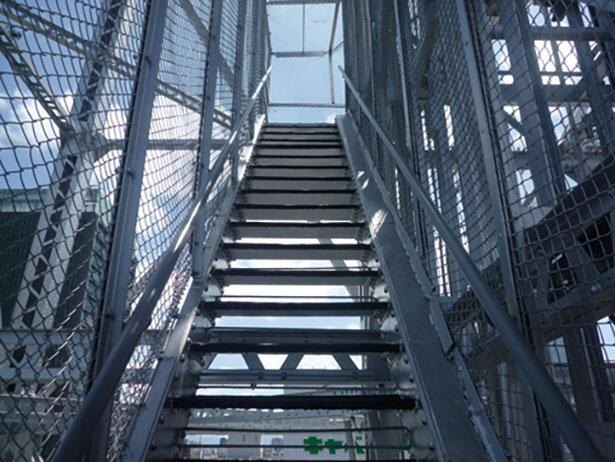 階段の隙間から下の景色が見えるので、スリル満点!  / 名古屋テレビ塔