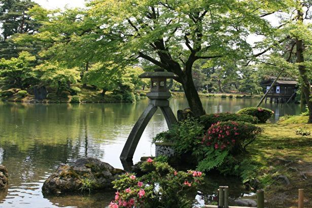 アンバランスな美しさの徽軫灯籠(ことじとうろう)は、園内屈指の撮影ポイント