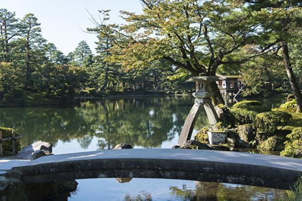 霞ヶ池のふちに立つのは、別名を琴橋と呼ぶ虹橋と徽軫灯籠