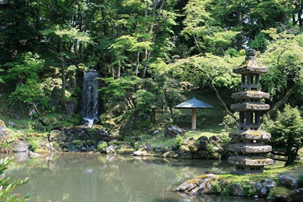 藩主好みに仕上げた翠滝と瓢池。秋はモミジの紅葉で彩られる