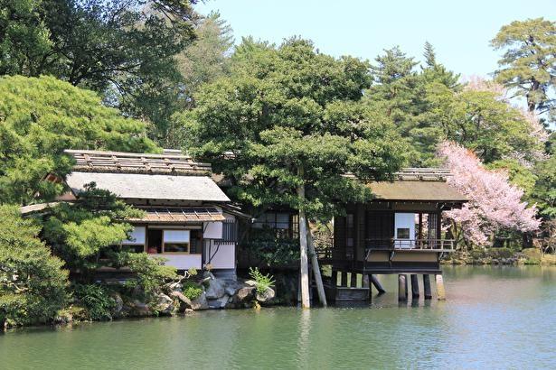 霞ヶ池に浮かぶように立つ風流な内橋亭