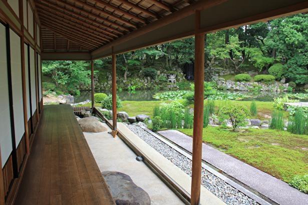 時雨亭の縁から眺める長谷池の風景