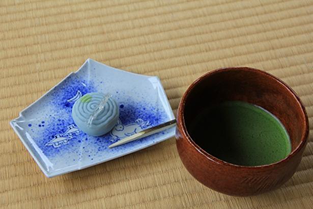 まず上生菓子が運ばれ、食べ終えるころに抹茶が運ばれる