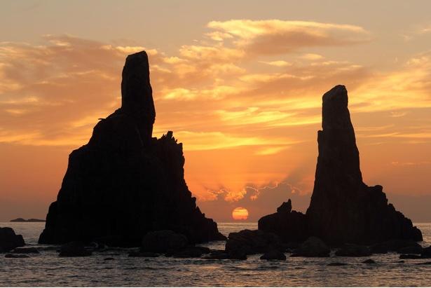 美しい朝焼けも見どころ/橋杭岩