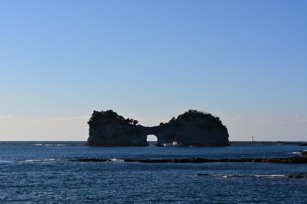 美しい夕景を狙って訪れるのもおすすめ/円月島