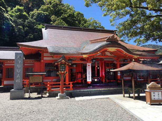 熊野那智大社の拝殿前には、日本一の大きさと言われる巨大おみくじがある。大吉を引き当てて、日本一の幸運を手に入れよう!/熊野那智大社