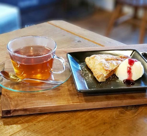 ストロベリーソースのかかかったバニラアイスが添えられたアップルパイと紅茶のセット700円。単品はそれぞれ400円/カフェ コドウ