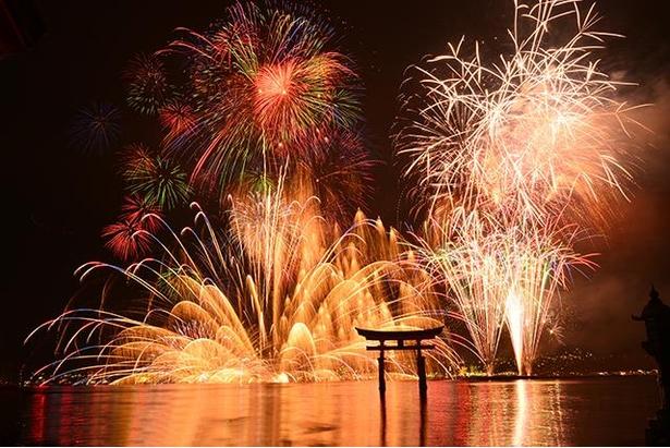 宮島水中花火大会。嚴島神社社殿や大鳥居との競演が見られる