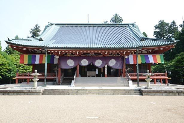 大講堂は重要文化財。各宗派の宗祖の木像を安置している