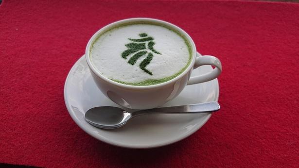 梵字を描いた喫茶「れいほう」の梵字抹茶ラテ(700円)