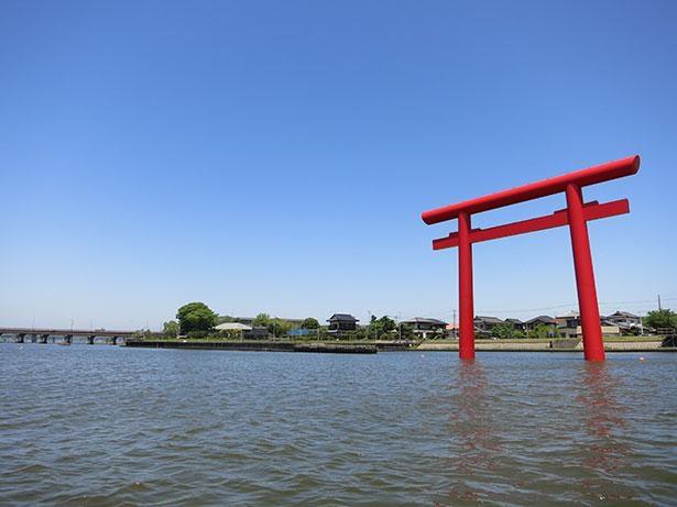 【写真】海上鳥居としては日本最大級の高さ18.5メートル、幅22.5メートルを誇る西の一之鳥居