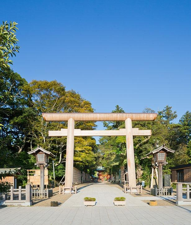 御影石の鳥居は東日本大震災により倒壊したが、2014年には同寸の鳥居が完成