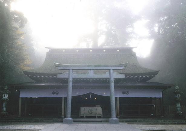 拝殿は正式参拝や結婚式など神聖な儀式の際にのみ入れる