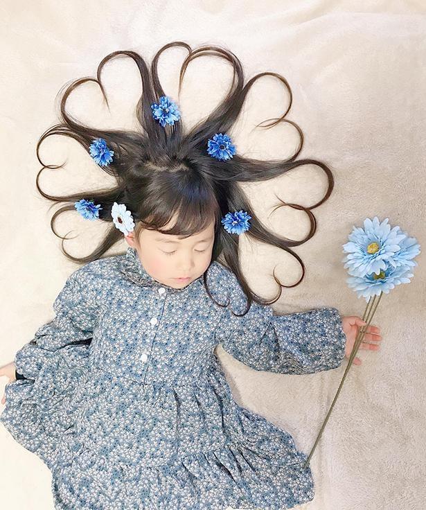 ワンピースや花が青色に統一され、かわいい
