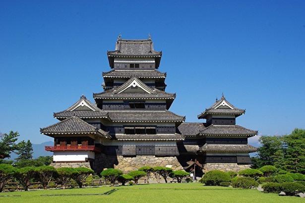 【写真】漆喰の白と漆塗りの黒の対比が美しい松本城は日本の名城100選