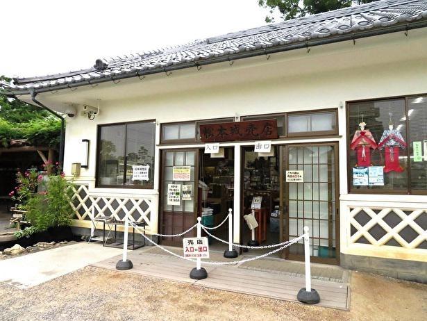 松本城の園内売店も城郭風の建物