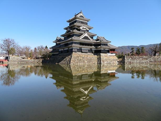 堀に姿を映す松本城逆さ天守も美しい