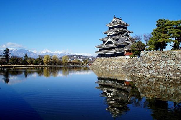 北アルプスを借景にしてすっくと立つ松本城