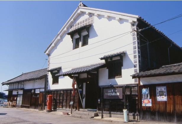 常夜燈のすぐそばに立つ「いろは丸展示館」。建物は国の登録有形文化財である土蔵を活用