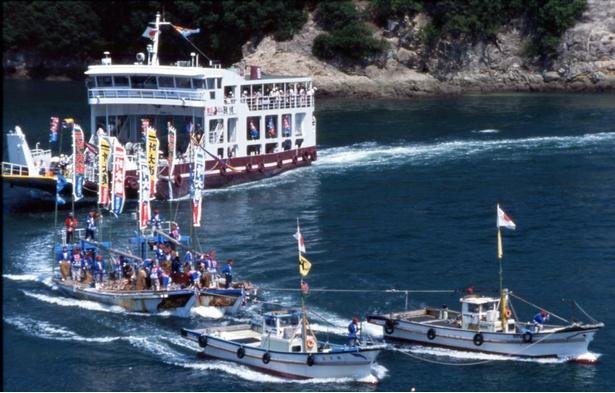 鯛網船団出漁の様子。最後尾を走るのが観覧船だ