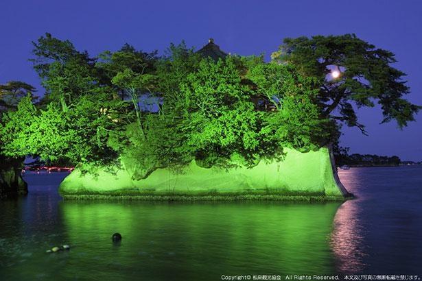 奇岩に生い茂る松森に佇む「五大堂」は松島のシンボルとされる