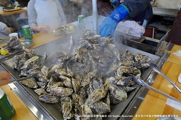 殻付きのカキを豪快に焼き上げる様子は松島ならではの光景