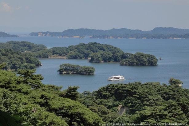 荒波によって浸食された奇岩や松の枝ぶりが作り出す景観はほかにはない美しさ