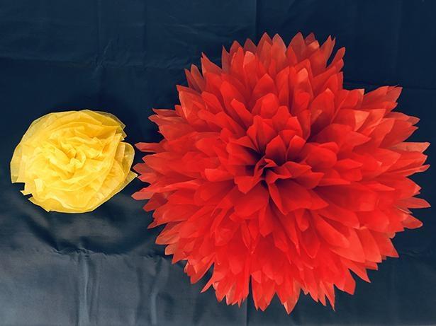 【写真】左の黄色い花が、一般的なお花紙の完成形。右が今回作るジャイアントペーパーフラワー。ダリアの花をイメージしている