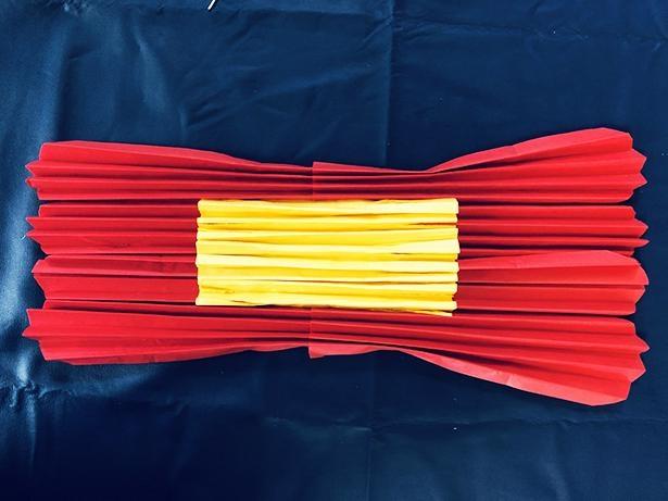 赤の連結部分にかぶさるように、黄色をのせる
