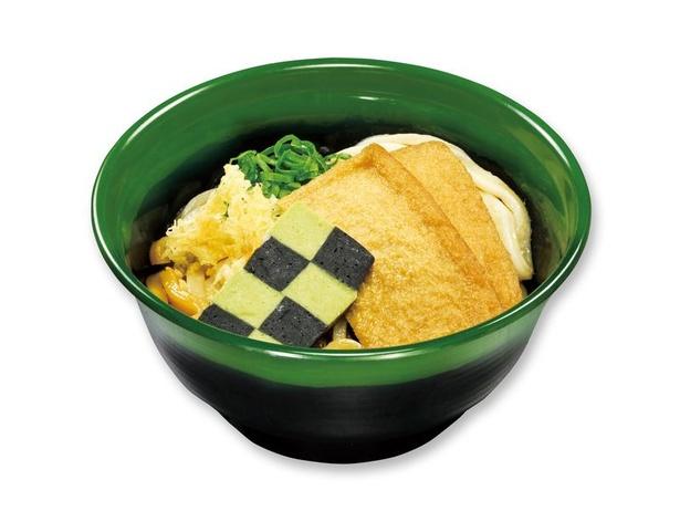 炭治郎のぶっかけうどん308円(税込、持ち帰り不可)。炭治郎を象徴する市松模様の香りをイメージしたかまぼこをトッピング。くら寿司こだわりのダシの効いたうどんは絶品
