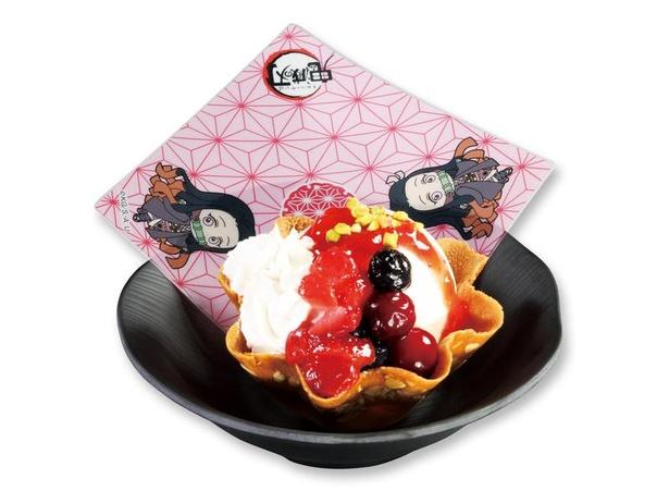 禰豆子のたっぷりベリーアイス308円(税込、持ち帰り不可)。甘酸っぱいベリーソースのアイスは、キュートな禰豆子のイメージにぴったり※禰豆子の「禰」は「ネ+爾」が正式表記
