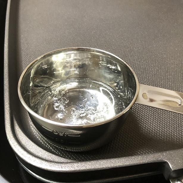 熱を加えると、ボロボロの固体が溶けて液状になっていく