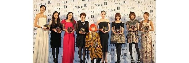 豪華ドレスに身を包んだ受賞者たち。左から冨永さん、蒼井さん、仲間さん、大竹さん、草間さん、宮沢さん、上戸さん、本谷さん、杉山さん
