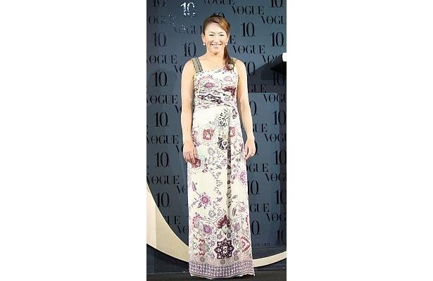 杉山愛さんは日焼けした肌に合うよう、薄い色にアジアンな花がデザインされたドレスを選んだそう