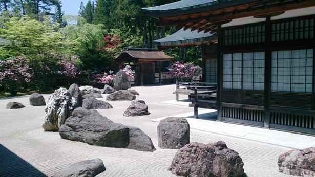 日本最大規模の石庭。龍を表す石は、弘法大師誕生の地である四国の花崗岩が使われている/金剛峯寺