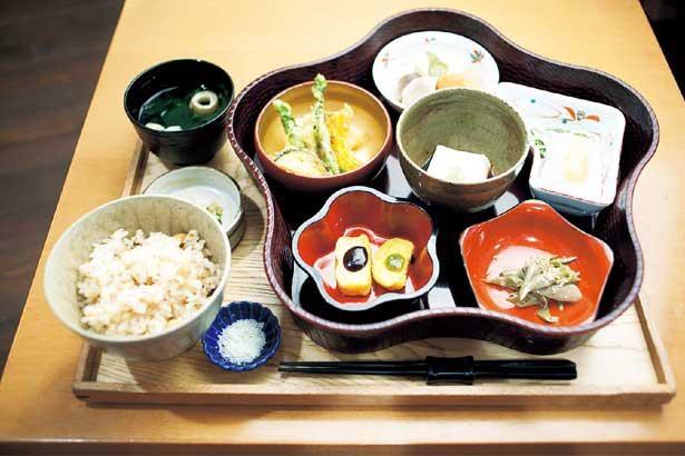 高野山名物の白い胡麻豆腐を中心に、季節山菜の天ぷらや粟麩の田楽など6つの小鉢が並ぶ「精進花籠弁当」2400円/中央食堂さんぼう