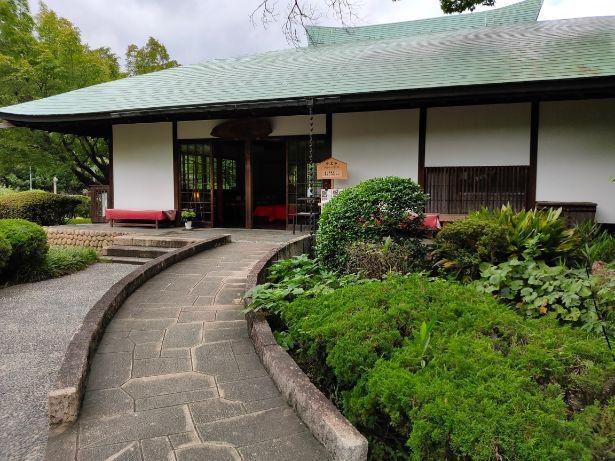 二之丸庭園の一角にたたずむ二の丸茶亭。店内では黄金色に輝く金の茶釜や水琴窟を見ることもできる