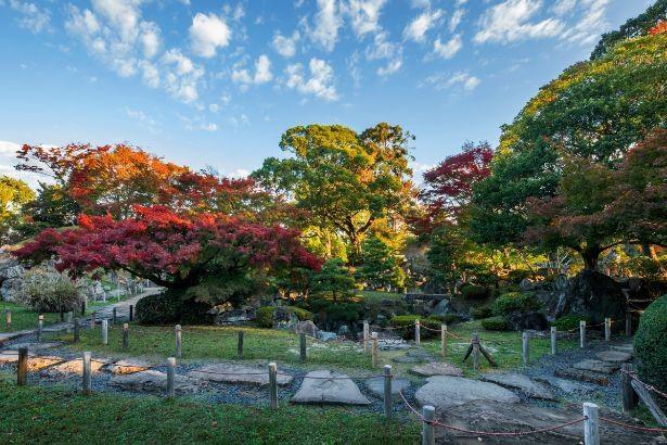 紅葉シーズンの二之丸庭園。四季折々の庭園美を眺めることができる