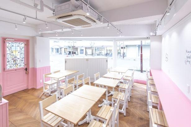 海外のカフェをイメージしたピンクの店内と外観が特徴的/CUICUI