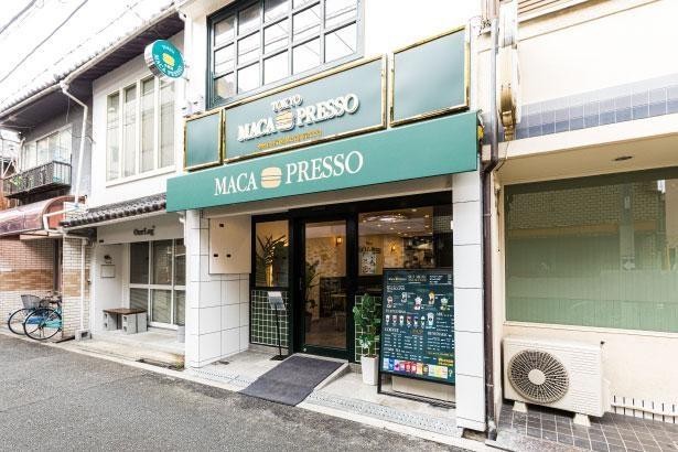 御幸通中央門からすぐ。スタイリッシュな店構えが目印/MACAPRESSO 大阪店