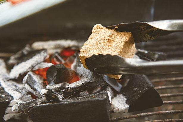 燻製ブロックを投入!ふたをする時間の長さで香りの付き具合が変化する