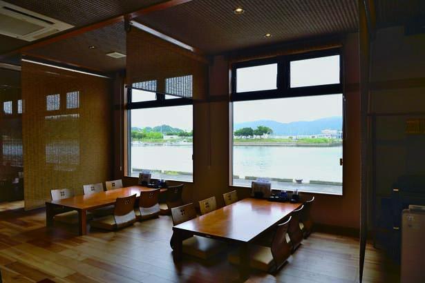 座敷の北側には大きな窓があり舞鶴湾を一望。運がよければイルカに会えることもある/魚源 東舞鶴店