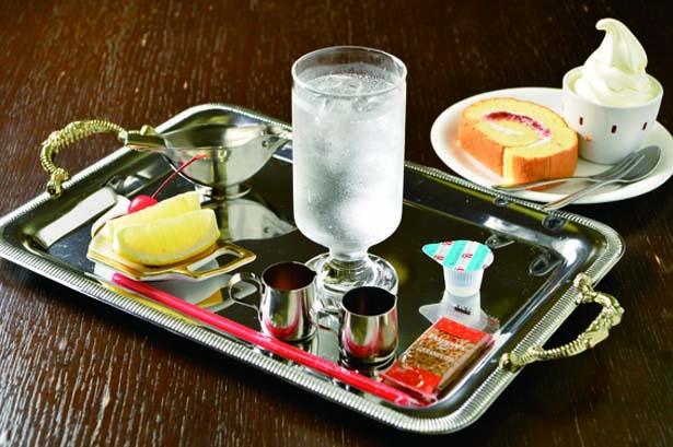 旧日本海軍が残したレシピを再現した「カフェ・ジャズ」の海軍ラムネ(手前・600円・税込)と海軍ロールケーキ(奥・350円・税込)/舞鶴赤れんがパーク