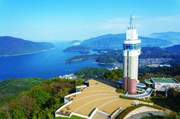 タワーは船の艦橋をイメージ。湾や山々がオレンジ色に染まる夕暮れ時や夜景もオススメ/五老スカイタワー
